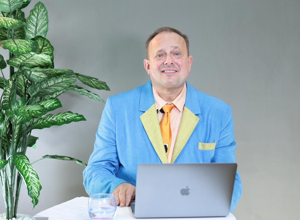 Mark Krzanowski có hơn 30 năm nghiên cứu và giảng dạy ngôn ngữ Anh